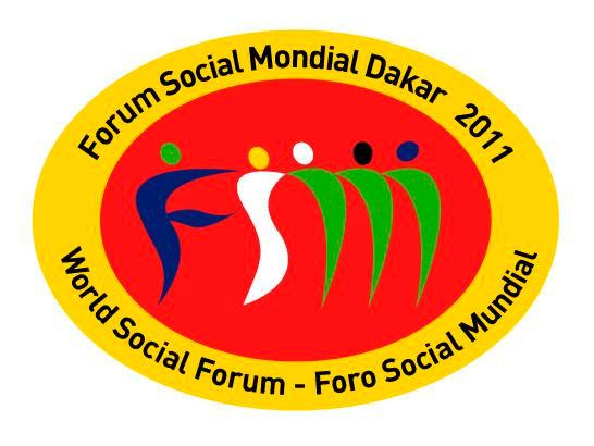 Le FSM se différencie des autres forums (« forums des parlementaires », « forums des autorités locales », etc.) par le rôle donné aux organisateurs. Ceux-ci n'ont aucun rôle directif ou décisionnel. Ils ne dictent pas à la base qui doit participer ou comment. Ils ont pour fonction de faciliter la création d'un espace ouvert de rencontre. Cet espace, d'échelle mondiale, régionale ou locale, est offert aux mouvements sociaux, aux syndicats et aux organisations et associations non gouvernementales.