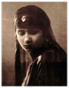 Oum Kalthoum nait dans une famille pauvre de trois enfants. Son nom est inspiré de celui de la troisième fille de Mahomet et Khadija.
