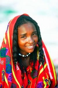 """Les femmes peules pratiquent le tatouage des lèvres et des gencives à l'indigo, des paumes de la main et des pieds. Elles percent leurs oreilles et y insèrent des anneaux d'or, ou des boucles d'oreilles d'or imposantes et torsadées. Elles mettent un petit anneau soit en or ou en argent aux narines. Les jeunes filles ont à leurs poignets et à leurs chevilles plusieurs anneaux d'argent ou de cuivre symbolisant leur richesse. Les Peuls sont un peuple à cheveux longs, lisses à ondulés permettant un type de coiffure particulier où les cheveux sont ramenés sur le sommet du crâne, formant une coiffure en """" gourde """" célèbre chez les Wodaabe et les bororo."""
