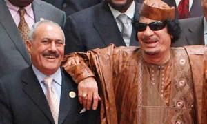 Ali Abdullah Saleh (gauche), président du Yémen depuis 1990 et Mouammar Kadhafi (droite), président de la Libye en poste depuis 1970