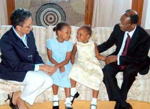 M. Aristide vivait dans une résidence officielle à Pretoria avec sa femme Mildred et ses deux filles  Christine (centre gauche) et Michaelle