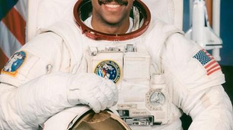 Sélectionné par la NASA en janvier 1990, Bernard Anthony Harris, Jr est devenu astronaute en juillet 1991, et qualifié pour l'affectation en tant que spécialiste de mission sur les futurs de vol de la navette spatiale