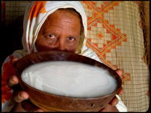 La Mauritanie est le seul pays africain où la tradition du gavage existe toujours. Quand les fillettes atteignent l'âge de six ans, elles sont forcées par leur mère à manger et à boire d'énormes quantités de nourriture, souvent pendant toute la nuit.