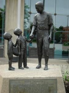 Une statue de Jackie Robinson près du Stade olympique de Montréal, l'une des rares traces de la présence de Jackie Robinson dans la ville