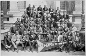 Un chapitre de la fraternité Kappa Alpha Psi en 1922. L'adhésion à la Kappa Alpha Psi est un dévouement à vie, sans faille aux idées et aux objectifs nobles de la Kappa Alpha Psi.