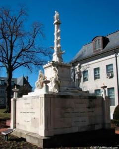 Le Monument Tripoli à la US Naval Academy d'Annapolis au Maryland est le plus ancien monument militaire des États-Unis. En 1804, le président Jefferson envoyait une  force navale dans la Méditerranée pour protéger l'expansion du commerce des États-Unis « Millions for defense, but not on cent for tribute (Des millions pour la défense, mais pas un cent en tribut )» est devenu le cri de ralliement de cette guerre.