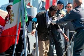 Des dizaines de personnes ont été portées disparues en mer une nuit après qu'un petit bateau transportant plus de 200 migrants africains fuyant la Libye a chaviré au large des côtes de l'Italie dans des vagues de trois mètres de haut. Les garde-côtes italiens ont indiqué que 50 survivants ont été secourus