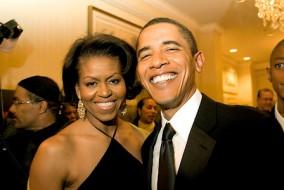 En 1992, Barack Obama épouse Michelle Robinson, juriste originaire de Chicago rencontrée en 1989 dans le cabinet d'avocats où il travaille et où elle est avocate associée. Le couple Obama aura deux filles. C'est elle qui va propulser la carrière politique de son époux.