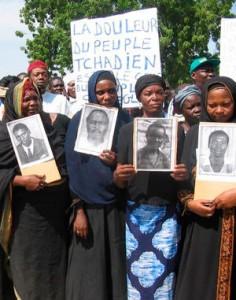 Hissène Habré (né en 1942 à Faya-Largeau) est actuellement réfugié au Sénégal et inculpé de crimes contre l'humanité, crimes de guerre et actes de torture