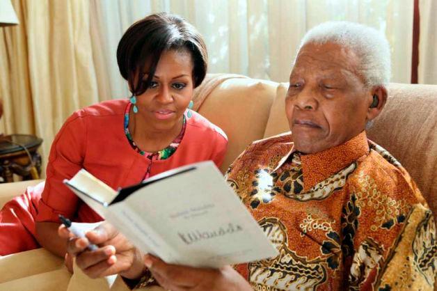 Lors de sa visite privée chez Nelson Mandela, Michelle Obama s'est fait raconter des histoires de l'ancienne Afrique du Sud raciste par Nelson Mandela lui-même, le premier président noir d'Afrique du Sud, qui fut emprisonné pendant 27 ans dans sa lutte contre l'apartheid.