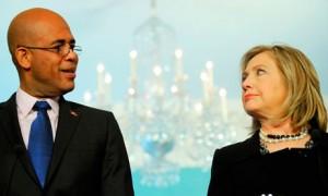 Le président Haitien élu Michel Martelly, aux cotés de la secrétaire d'État des États-Unis Hilary Clinton