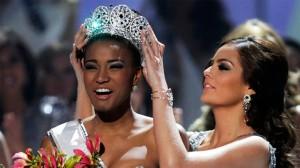 La ravissante femme Noire agée de 25 ans, native de l'Angola, un pays lusophone du sud-ouest de l'Afrique, Leila Lopes, vêtue d'une robe bustier pailletée avec une frange de plumes, a accepté la couronne lundi de la main de la vainqueur de l'an dernier, la Mexicaine Ximena Navarrete, devant les beautés finalistes latino-américaines qui étaient tous favorites.