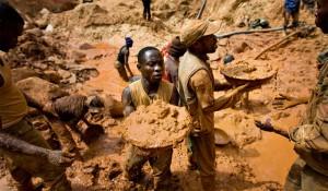Plusieurs hommes congolais pensent que les mines illégales angolaises sont leur seul espoir de survie