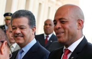 On estime à 600 000 Haïtiens vivent en République dominicaine. Les Haïtiens sont victimes de discrimination et d'abus et accusent les autorités locales de faire bien peu pour les protéger. Sur la photo, les présidents Leonel Fernandez et Michel Martelly.
