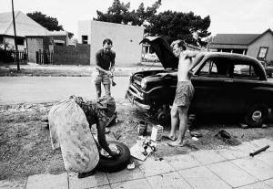 « Ils étaient racistes, très attachés à la terre, et généreux. Envers les Noirs aussi. J'ai vu une famille dans son jardin qui fabriquait un cercueil pour la bonne noire - mon entourage de gauche n'aurait pas passé un samedi après-midi à faire ça ; ils auraient donné de l'argent à la famille. Mais tout en construisant le cercueil, ils faisaient des blagues pour savoir si la bonne allait rentrer dedans. S'il fallait couper les jambes pour que ça tienne. C'est une contradiction qui dit notre histoire. »  — Témoignage de David Goldblatt, photographe anglophone sud-africain, à propos de fermiers afrikaners, au début des années 1960 (Le Monde du 6 juillet 2006)
