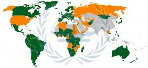 Certains États ont refusé de ratifier le Statut de Rome. Comme la Russie le 13 septembre 2000, les États-Unis, Israël qui ont finalement signé le 31 décembre 2000 mais pas ratifié, la Chine et l'Inde n'ont pas signé, les pays arabes (à part la Tunisie et la Jordanie) n'ont pas signé. La principale raison de ces États est la crainte de voir la CPI être utilisée contre eux à des fins politiques. (vert: ratifié et entré en vigueur | orange: signé | gris: ratifié mais pas encore en vigueur)