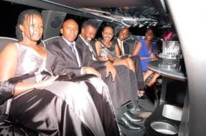 Lors de la première, les participants ont été conduits dans une élégante limousine noire . À leurs arrivées, ils ont eu droit au tapis rouge.