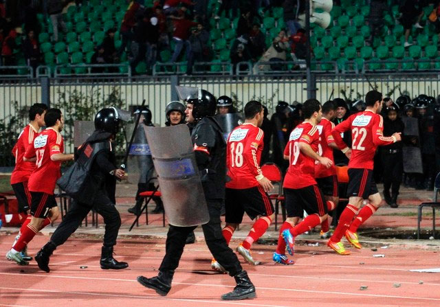 Les affrontements ont commencé lorsque l'arbitre a sifflé la fin du match. Les fan se sont lancé des projectiles, déclenchant les violences.