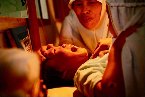 Les opposants à l'excision en appellent au respect de l'être humain. En effet, l'excision est une atteinte à l'intégrité physique et morale de la victime de cette pratique. La plupart des opposants sont particulièrement sensibles aux risques encourus par la petite fille lors d'excisions dans des conditions d'hygiène parfois insuffisantes (pouvant aller jusqu'à la mort suite à une infection), ainsi qu'à la douleur liée à l'opération, souvent faite sans anesthésie ;