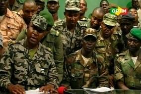 Les soldats maliens font une apparition à la télévision, au studio de télévision situé à Bamako le 22 mars 2012 dénonçant l'incapacité du gouvernement à gérer la crise touareg