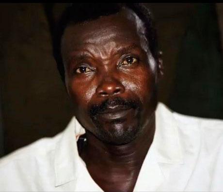 """Joseph Kony, né en 1961 à Odek, dans le nord de l'Ouganda, est surnommé """"Le messie sanglant"""" a pour principal but de renverser le président ougandais Yoweri Museveni, et d'installer un système théocratique fondé sur les principes de la Bible et des Dix Commandements."""