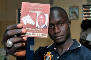 Macky Sall est prêt à prendre le pouvoir après avoir défait Abdoulaye Wade aux urnes, conduisant à une transition tout en douceur saluée comme un exemple démocratique pour l'Afrique.