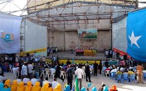 Le Théâtre National de la Somalie a rouvert lundi avec une pièce traditionnelle, des chansons de paix et de la comédie devant plus de 1000 spectateurs à Mogadiscio