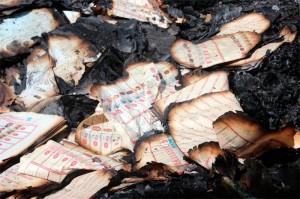 De nombreux bulletins de vote ont été retrouvé brulés suite à l'élection  congolaise en 2011