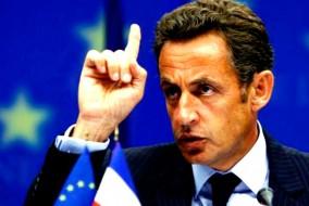 Lors du sommet social du 10 mai 2010, alors que la dette publique de la France dépasse les 80 % du PIB, Nicolas Sarkozy annonce son intention de « redresser les finances publiques », un objectif qui était déjà celui de son gouvernement « avant la crise financière ». Le 26 juin suivant, à l'occasion du G20 de Toronto, il manifeste son opposition à un plan de rigueur sévère en France et en Allemagne, se prononçant pour des ajustements budgétaires « progressifs » à partir de 2011, avec « pas trop d'impôts ».