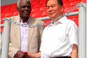 Le nouveau stade d'athlétisme offert par la Chine, porte le nom de Thomas Robinson (g), représentant des Bahamas à 4 Jeux Olympiques.
