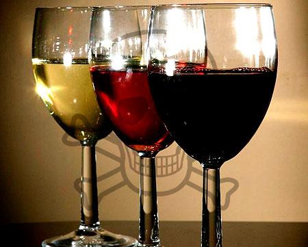 De nombreux résidus dans le vin européen témoignent d'une utilisation très intensive de pesticides en viticulture. Parmi ces résidus trouvés de nombreuses molécules sont des cancérigènes possibles ou probables, des toxiques du développement ou de la reproduction, des perturbateurs endocriniens ou encore des neurotoxiques.