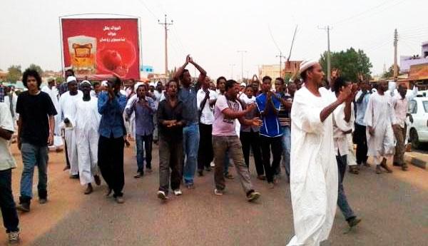 """Des milliers de Soudanais chantent dans les rues """"A bas le régime!"""""""