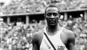 En 1936, Jesse Owens est élu « Athlète de l'année » par l'Associated Press et en 1950, il est nommé « Meilleur athlète des 50 dernières années » par l'Associated Press. Depuis 1981, le Jesse Owens Award est remis chaque année au meilleur performeur américain de l'année