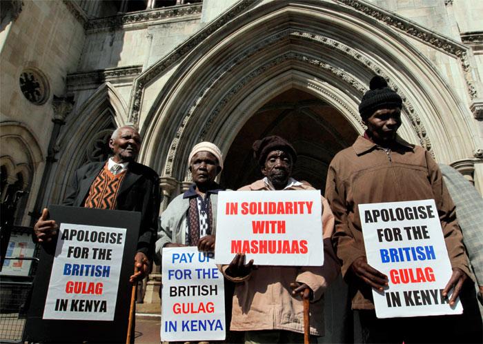 (de gauche à droite) Wambugu Wa Nyingi, Jane Muthoni Mara, Paulo Nzili et Ndiku Mutua, à l'extérieur de la Royal Courts of Justice à Londres en 2011