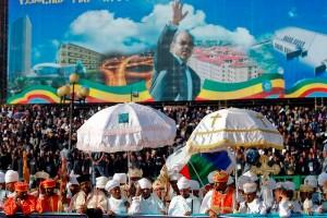 Suite au rapatriement de son corps sur un vol d'Ethiopian Airlines deux jours après sa mort, des milliers de personnes s'étaient rassemblés dans les rues de l'aéroport à l'ancienne résidence de Meles Zenawi pour rendre un dernier hommage à son cercueil, drapé du drapeau de l'Éthiopie