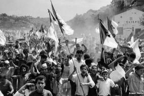 L'Algérie comptait 37,1 millions d'habitants en janvier 2012 avec un taux de croissance annuel de 1,21 %. Près de la moitié des Algériens a moins de 19 ans. Le pays connaît aussi un taux important d'émigration. En 2000, l'Algérie est le 15e pays du monde ayant fourni le plus de migrants, estimés à plus de 2 millions d'individus, soit une proportion de 6,8 % par rapport à la population du pays. La France abrite la plus importante communauté algérienne à l'étranger, estimée à un million de personnes, dont près de 450 000 binationaux.