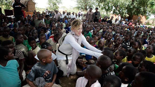 La ministre de l'Éducation malawite, Eunice Kazembe a nié que l'oeuvre de charité de Madonna ait construit entièrement 10 écoles nouvelles, en spécifiant qu'elle avait en fait construit 1salles de classe.