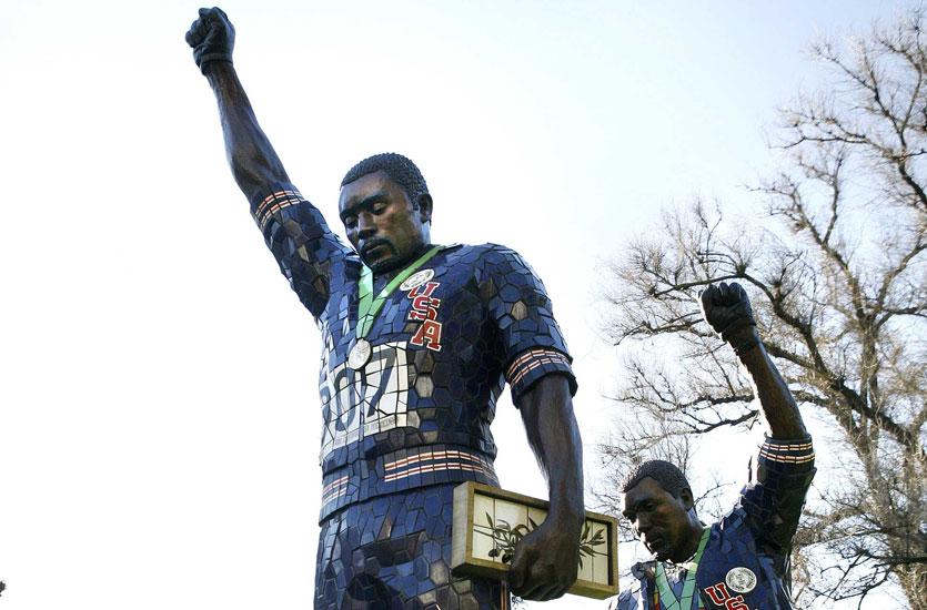 Dans quel Jeux Olympiques les américains Tommie Smith et John Carlos protestent contre la ségrégation raciale aux États-Unis en baissant la tête et en pointant, leur poing ganté de noir vers le ciel.