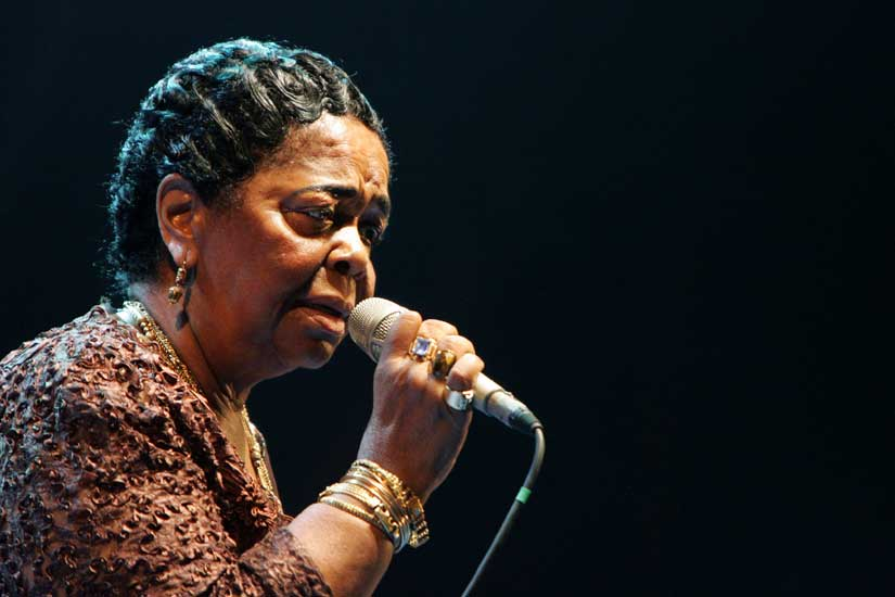En quelle langue la chanteuse Cesária Évora chantait principalement?