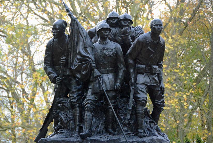 Dans quelle ville française est érigée le Monument aux héros de l'Armée noire?