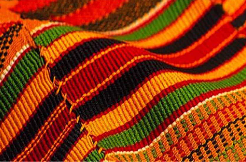 Ce tissu africain fait de coton et de soie et composé de bandes de tissu cousues ensemble pour former des motifs et des figures aux couleurs vives. Il tient une place importante dans la culture et l'économie de plusieurs peuples d'Afrique de l'Ouest, dont les Ashantis, les Akans et les Ewes, au Ghana et en Côte d'Ivoire notamment.
