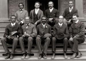 La photo de la Tuskegee Institute en 1902. Cette école promeut socialement les Afro-Américains, basée sur une amélioration progressive de leurs conditions matérielles à travers l'apprentissage