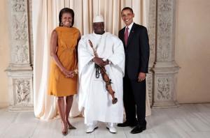 Le président Barack Obama et la Première Dame Michelle Obama posent pour une photo lors d'une réception au Metropolitan Museum à New York avec Yahya Jammeh, Président de la République de Gambie en septembre 2009.