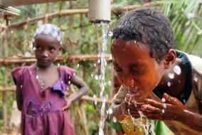 À travers le monde, plus de 2,5 milliards de personnes vivent sans installation sanitaire adéquate. Près de 800 millions n'ont toujours pas accès à une source d'eau améliorée protégée des diverses sources de contamination