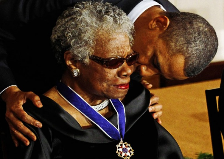 Barack Obama remet en février 2011 la Médaille présidentielle de la liberté à Maya Angelou. Créée en 1963 par le président John F. Kennedy, c'est la plus haute décoration civile des États-Unis