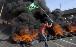 Manifestation contre l'argent dépensé pour la Coupe du Monde de football 2014 près du stade Itaquerao qui accueillera le premier match du tournoi