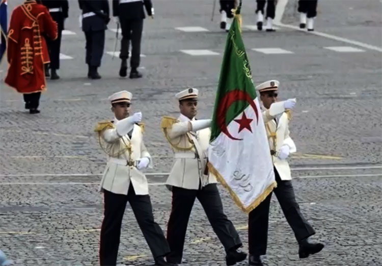 Le défilé du 14 juillet 2014 fut en commémoration de la Grande Guerre ou des centaines de milliers d'Algériens furent mobilisés de force par la France coloniale. L'Algérie contribua à alimenter la France à bon compte de 1914 à 1918 qui fut le prélude à une catastrophe humanitaire dans le pays. La Chine a refusé d'envoyer quelques soldats que ce soit à ce défilé.