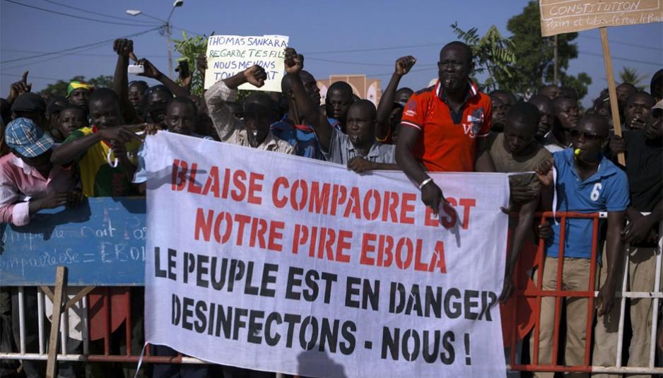 Blaise Compaoré démissionne finalement de la présidence du Burkina Faso le 31 octobre 2014, après 27 ans au pouvoir, à la suite du soulèvement populaire du peuple burkinabé. Il est arrivé au pouvoir le 15 octobre 1987 à la suite d'un sanglant coup d'État contre Thomas Sankara.