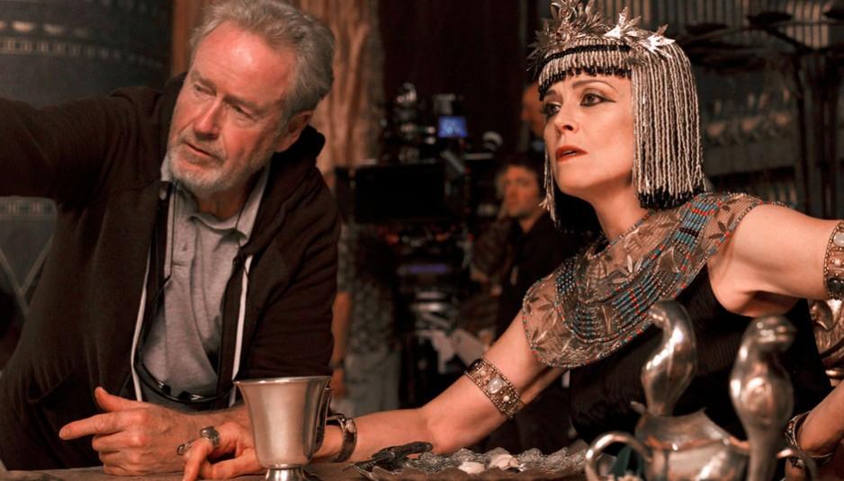 Ridley Scott et l'actrice américaine Sigourney Weaver dans la peau de Touya, reine d'Égypte pour le film Exodus : Gods and Kings