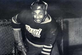 En tant qu'homme noir à évoluer au hockey dans les années 1940 et 1950, Herbert Carnegie a enduré sa part de racisme